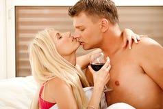 Pares casados apasionados que gozan en cama Fotografía de archivo