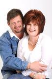 Pares casados con el marido que abraza la esposa y la sonrisa Imágenes de archivo libres de regalías