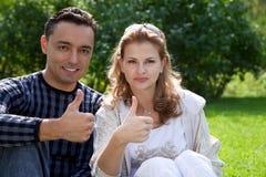 Pares casados con sus pulgares para arriba Imagen de archivo libre de regalías