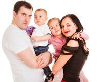 Pares casados encantadores con dos niños fotos de archivo libres de regalías