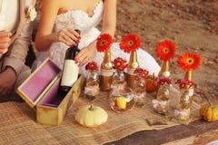 Pares casados na natureza e na tabela decorativa. Imagem de Stock Royalty Free