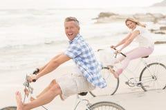 Pares casuales en un paseo de la bici Foto de archivo