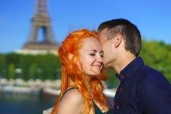 Pares caucásicos de la belleza en París Imagen de archivo