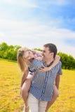 Pares caucásicos felices que juegan al aire libre en verano Divertirse Wh Fotos de archivo libres de regalías