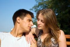 Pares caucásicos jovenes en la relajación del amor al aire libre Fotografía de archivo libre de regalías