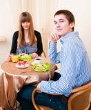 Pares caucásicos jovenes que cenan en restaurante Fotos de archivo