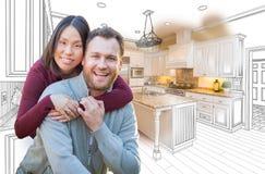 Pares caucasianos e chineses da raça misturada na frente da cozinha feita sob encomenda fotografia de stock royalty free