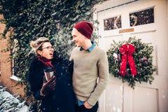 Pares caucasianos entusiasmados felizes que têm o divertimento junto fora no tempo do Natal imagem de stock