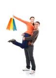 Pares caucasianos felizes com sacos de compras Imagem de Stock Royalty Free