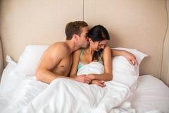 Pares caucasianos na cama branca Imagens de Stock Royalty Free