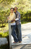 Pares caucasianos na ponte de madeira ao ar livre Imagem de Stock Royalty Free