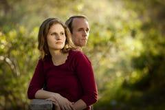 Pares caucasianos no amor na ponte de madeira ao ar livre Fotos de Stock Royalty Free