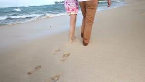 Pares caucasianos novos loving que guardam as mãos que andam junto praia Oahu Havaí video estoque
