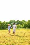 Pares caucasianos novos que apreciam seu feriado do ar livre Foto de Stock