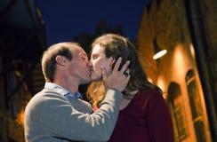 Pares caucasianos que beijam na maneira da aléia do tijolo Fotografia de Stock Royalty Free