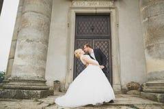 Pares caucasianos românticos bonitos à moda delicados felizes surpreendentes no castelo barroco antigo do fundo Imagem de Stock