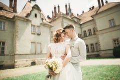 Pares caucasianos românticos bonitos à moda delicados felizes surpreendentes no castelo barroco antigo do fundo Fotos de Stock