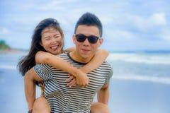 Pares chineses asiáticos bonitos com a mulher levando do noivo sobre fotografia de stock
