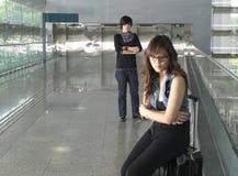 Pares chineses asiáticos que discutem no aeroporto Fotografia de Stock