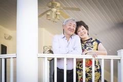Pares chineses atrativos que apreciam sua casa imagens de stock
