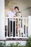Pares chineses atrativos que apreciam sua casa fotografia de stock royalty free