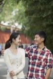 Pares chineses felizes novos que andam em Jing Shan Park Imagem de Stock Royalty Free
