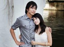 Pares chinos jovenes fecha romántica por el río Fotografía de archivo