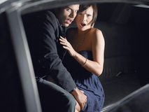 Pares chocados que sentam-se na limusina Fotos de Stock Royalty Free