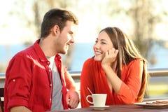 Pares cândidos no amor que flerta em um terraço Imagem de Stock