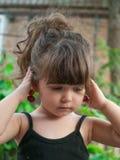 Pares colgantes de la niña pequeña de cerezas en su oído Fotografía de archivo