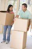 Pares com as caixas que movem-se na HOME nova imagens de stock royalty free