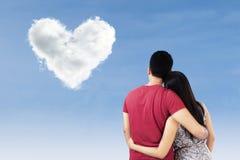Pares com as nuvens dadas forma coração Foto de Stock Royalty Free