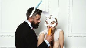 Pares com as orelhas de coelho isoladas no fundo branco Coelhos da P?scoa Bunny Couple Pares felizes que preparam-se para a P?sco vídeos de arquivo