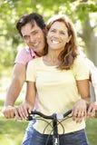 Pares com bicicleta Fotografia de Stock Royalty Free