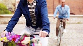 Pares com bicicleta video estoque