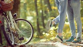 Pares com bicicleta do vintage Pares no amor Cople novo feliz no parque no dia ensolarado do outono Beleza do outono vídeos de arquivo