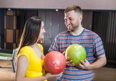 Pares com bolas de boliches Fotografia de Stock Royalty Free