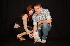 Pares com cão. Fotos de Stock Royalty Free