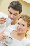 Pares com café em casa Fotografia de Stock Royalty Free
