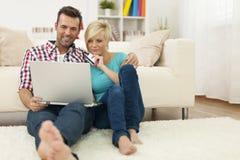Pares com cartão e portátil de crédito imagem de stock royalty free