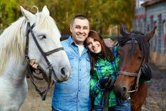Pares com cavalos fotografia de stock