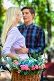 Pares com a cesta da flor no parque do outono Imagem de Stock