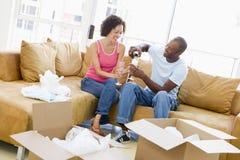 Pares com champanhe por caixas na HOME nova Imagem de Stock