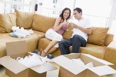 Pares com champanhe por caixas na HOME nova Fotografia de Stock Royalty Free