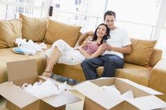 Pares com champanhe por caixas na HOME nova Imagens de Stock