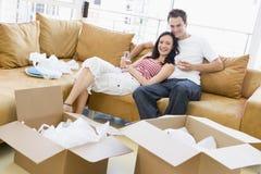 Pares com champanhe por caixas na HOME nova Foto de Stock Royalty Free