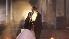 Pares com composição para Dia das Bruxas no fundo de fogo ardente Silhueta video estoque
