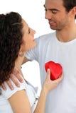 Pares com coração vermelho Fotografia de Stock Royalty Free