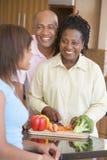 Pares com a filha que prepara a refeição Imagem de Stock Royalty Free