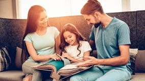 Pares com filha Sit In The Furniture Store imagens de stock